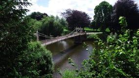 维多利亚女王时代的停止人行桥看法在河Y形支架的在赫里福德 股票录像