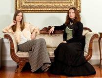 维多利亚女王时代的妇女长沙发坐 免版税库存照片