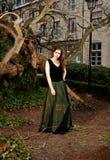 维多利亚女王时代的成套装备的女孩在公园 免版税库存照片