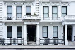 维多利亚女王时代的房子门面在伦敦 免版税库存照片