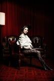 维多利亚女王时代的椅子的妇女 免版税库存照片