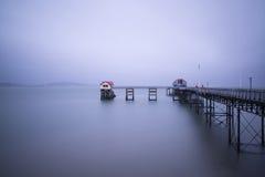 维多利亚女王时代的码头witn喜怒无常的天空长的曝光风景  库存照片