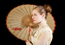 维多利亚女王时代的礼服的女孩在与中国伞的外形 免版税库存照片
