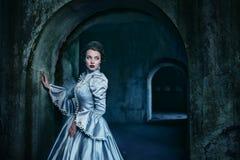 维多利亚女王时代的礼服的妇女 库存图片