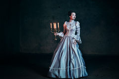 维多利亚女王时代的礼服的妇女 库存照片