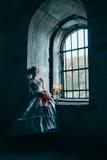 维多利亚女王时代的礼服的妇女 免版税库存照片