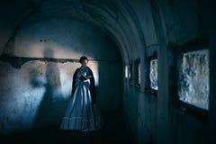 维多利亚女王时代的礼服的妇女 免版税库存图片