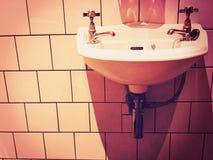 维多利亚女王时代的水槽和卫生间 图库摄影