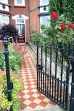 维多利亚女王时代装门的村庄庭院 免版税库存图片