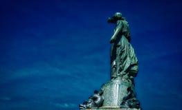 维多利亚女神古铜色雕象  免版税库存图片