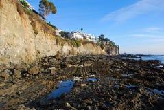 维多利亚海滩峭壁边在南拉古纳海滩,加利福尼亚回家。 免版税库存图片