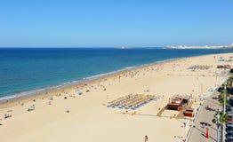 维多利亚海滩, Costa de la Luz,卡迪士,安大路西亚,西班牙全景  免版税库存照片