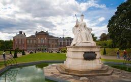 维多利亚纪念品在肯辛顿庭院里 库存图片