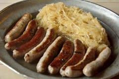 多味腊肠用德国泡菜 免版税库存图片