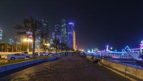 多哈地平线在与从Corniche timelapse hyperlapse看见的满天星斗的天空的夜之前,卡塔尔 股票视频