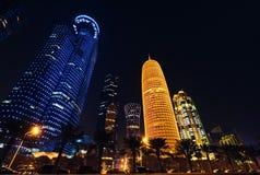 多哈市,卡塔尔- 2018年1月02日:Qatari首都位于波斯湾的多哈的Al Dafna区的夜场面 E 免版税库存照片