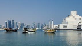 多哈海湾单桅三角帆船耸立和伊斯兰教的美术馆 库存图片