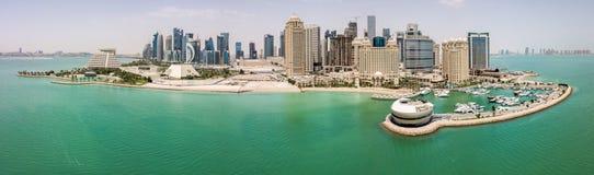 多哈,卡塔尔地平线  摩天大楼现代富有的中东城市,在好天气的鸟瞰图,小游艇船坞,海湾看法  库存照片