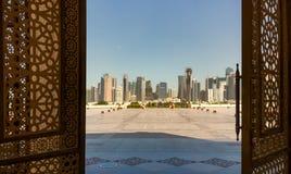 多哈,卡塔尔-从盛大清真寺的门的看法在多哈 库存照片