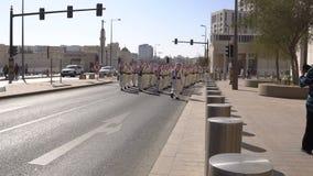 多哈,卡塔尔- 2018年2月14日:以纪念Qatarian埃米尔的乐队游行Souq Waqif区的,耶路撒冷旧城,多哈 股票录像