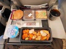 多哈,卡塔尔- 2017年3月4日:在卡塔尔航空飞行的经济舱集合膳食从多哈向伊斯坦布尔,土耳其 免版税库存照片