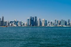 多哈,卡塔尔- 2018年12月14日:地平线在市中心,现代阿拉伯城市 免版税库存照片