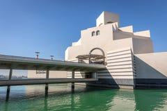 多哈,卡塔尔- 2018年1月9日-伊斯兰教的艺术MIA在一蓝天天,冬时现代建筑博物馆在多哈,卡塔尔 免版税库存图片
