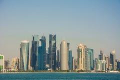 多哈,阿拉伯人卡塔尔国大城市未来派都市地平线  库存照片