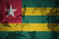 多哥的旗子卡其色的纹理的 装甲攻击机体关闭概念标志绿色m4a1军用步枪s射击了数据条工作室作战u 免版税库存图片