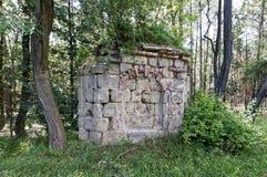 多块在行堆积的石头和砖 库存照片