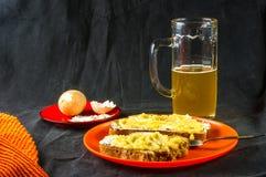 多士、鸡蛋和啤酒 免版税库存照片