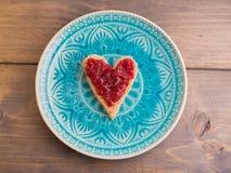 多士作为心脏形状用果酱 免版税库存图片