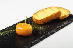多士和桔子莓果开胃菜在石匾的在白色b 库存图片