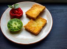 多士在鸡蛋油煎了用新鲜的绿色甜蕃茄 免版税库存照片