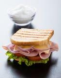 多士在黑桌上的火腿三明治 免版税库存照片