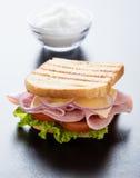 多士在黑桌上的火腿三明治 免版税库存图片