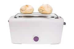 多士炉和新鲜的被烘烤的小圆面包 早餐 库存照片
