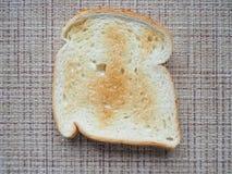 多士炉用在柳条背景的面包 库存照片
