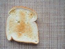 多士炉用在柳条背景的面包 免版税库存图片
