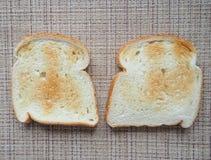 多士炉用在柳条背景的面包 库存图片