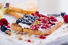 多士用乳脂干酪和莓果 免版税库存照片
