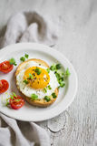 多士用在一块白色板材的鸡蛋 免版税图库摄影