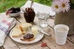 多士用李子巧克力果酱和可可粉 早餐在庭院里 土气样式,选择聚焦 图库摄影