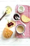 多士用果酱和新鲜面包 免版税库存图片
