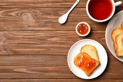 多士用果酱和茶在木背景的, 库存照片