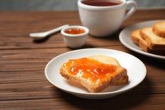 多士用果酱和茶在桌上的 免版税库存图片