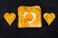 多士用鸡蛋为情人节 免版税库存照片