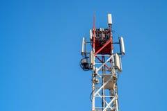 多孔的无线电铁塔上面  免版税库存图片