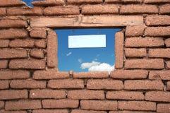 多孔黏土停止的符号墙壁 免版税库存照片