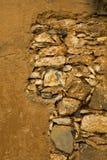 多孔黏土棕色墨西哥岩石墙壁黄色 免版税库存图片